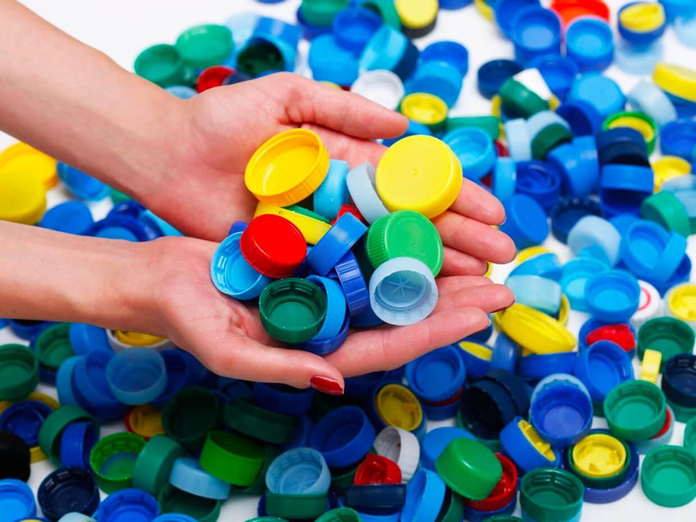 Continua la raccolta tappi in plastica